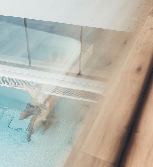 Paar im beheizten Außenpool, Wellnessurlaub im Hotel Nesslerhof im Salzburger Land