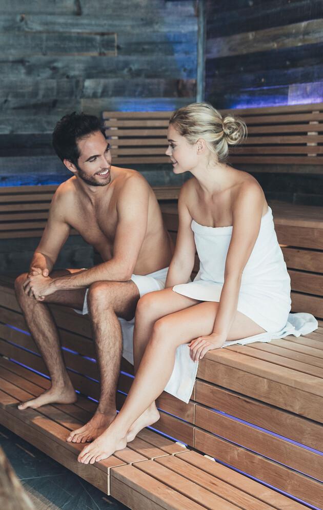 Paar in der großen Saunalandschaft im Wellnesshotel Nesslerhof im Salzburger Land