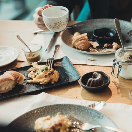 Pärchen im romantischen Wellnessurlaub beim Frühstück  mit frisch zubereiteten Speisen im 4*S Hotel Nesslerhof in Großarl