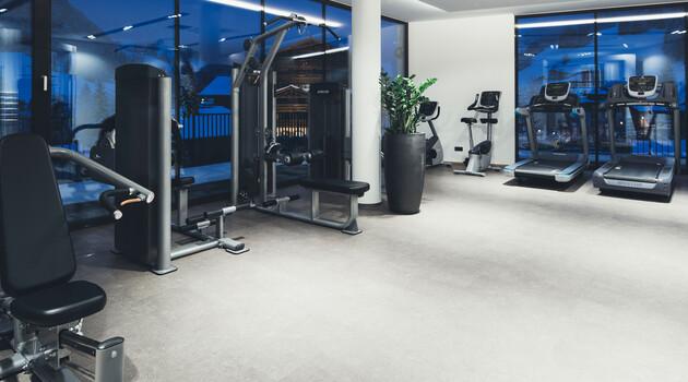 Fitnessraum mit modernen Fitnessgeräten