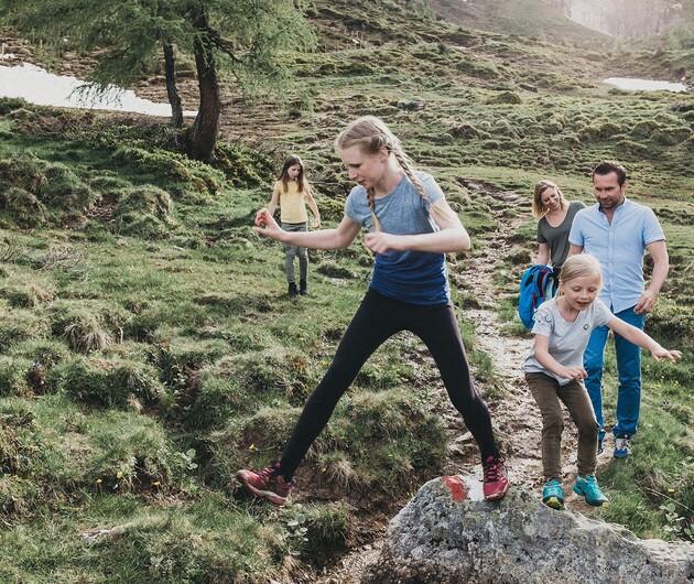 Familie beim Wandern im Urlaub mit Kindern, Hotel Nesslerhof in Großarl