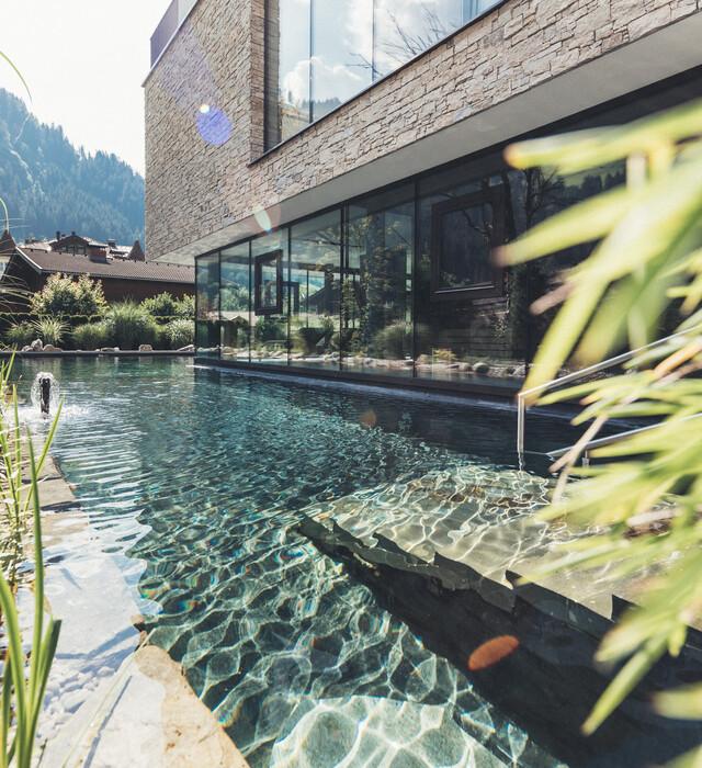 Einstieg in den herrlichen Außenpool des 4*S Wellnesshotel Nesslerhof in Großarl, Salzburger Land