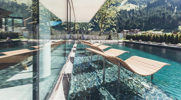 Liegen im Außenpool vom 4*S Wellnesshotel Nesslerhof im Salzburger Land